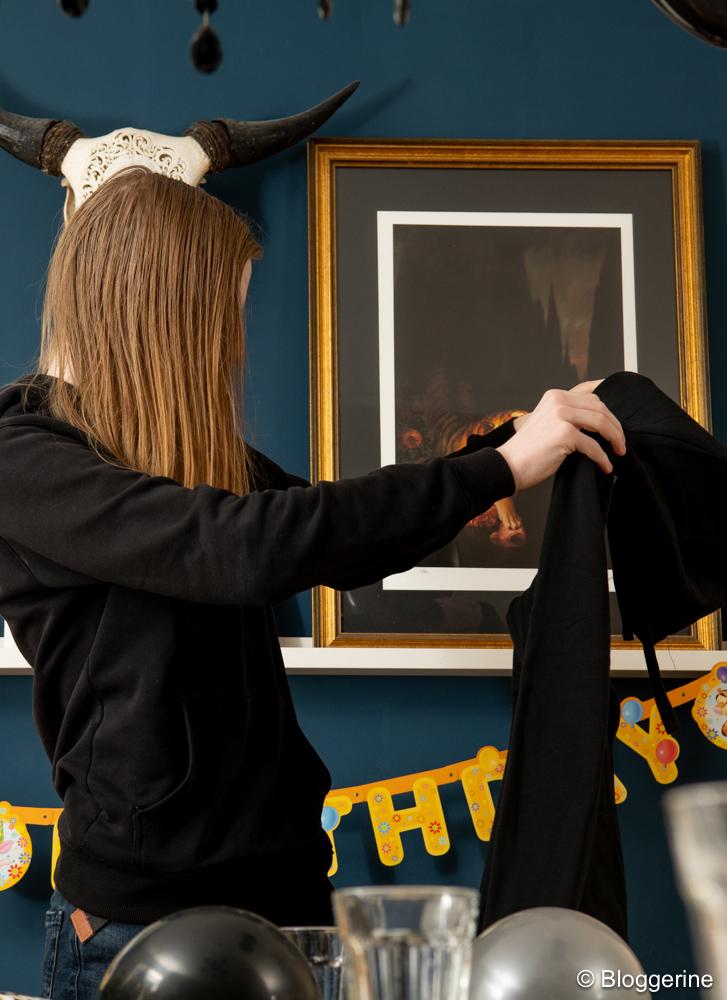 Teenager zeigt schwarzen Hoodie
