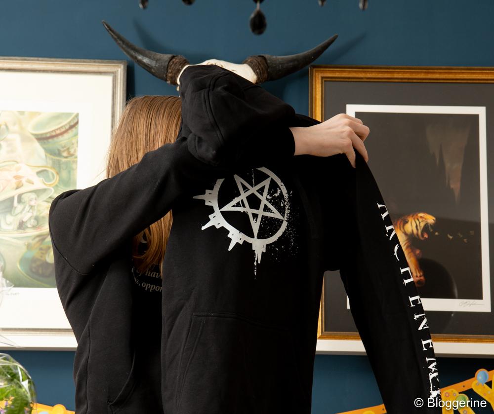 Teenager zeigt schwarzen Hoodie mit pentagram
