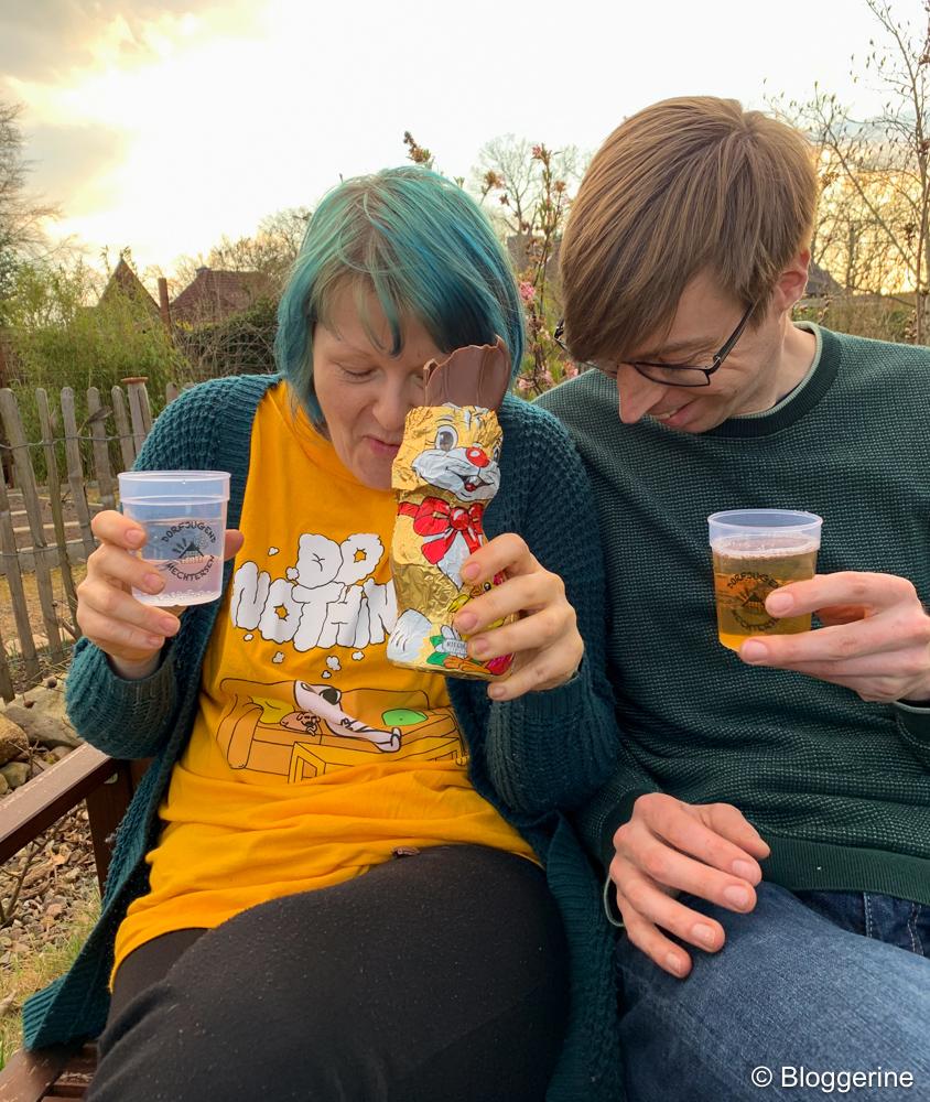 Bloggerine mit Ehemann Wasser, Schokolade und Bier im Garten